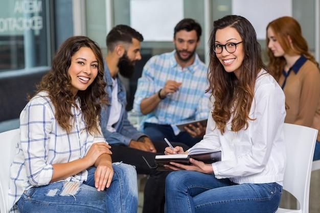 Retrato de executivos do sexo feminino sentado na reunião