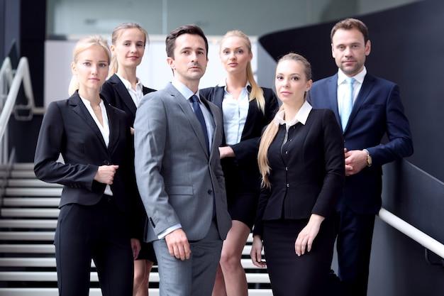 Retrato de executivos em pé na escada