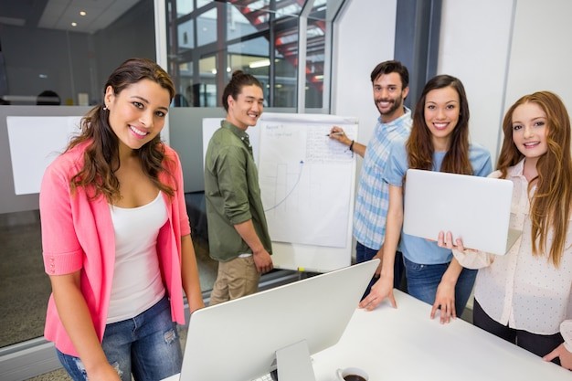 Retrato de executivos trabalhando na sala de conferências