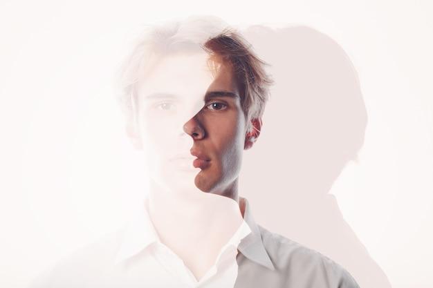Retrato de exposição múltipla de jovem homem europeu caucasiano com sorriso positivo e expressão facial triste séria. conceito de saúde mental, depressão e emoções.