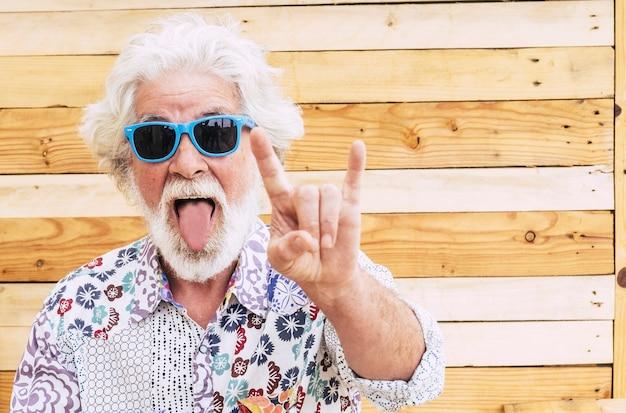Retrato de expressão de homem velho louco e simpático com clotehs coloridos