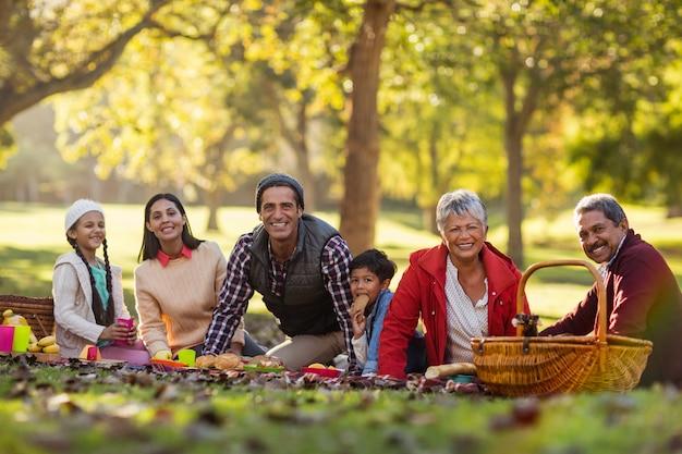 Retrato de família alegre no parque