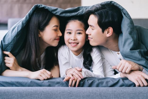 Retrato de família asiática feliz com mãe, pai e filha