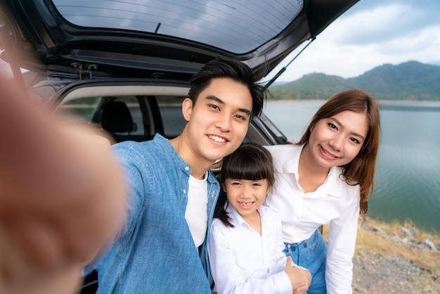 Retrato de família asiática viajando
