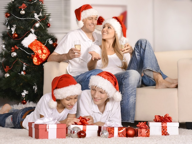 Retrato de família comemorando ano novo em casa