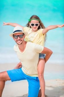 Retrato de família de criança e pai na praia