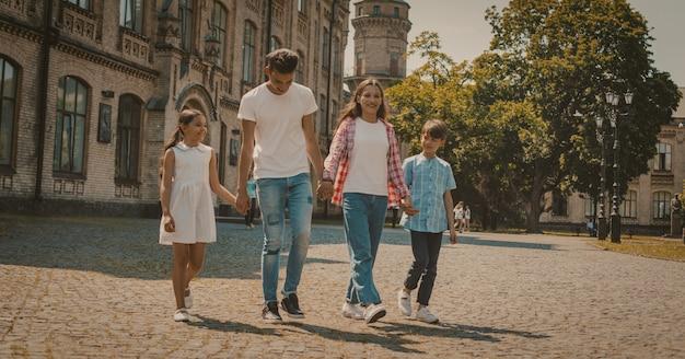 Retrato de família de irmãos juntos na rua