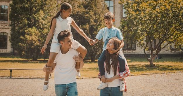 Retrato de família de irmãos no tempo de férias de verão