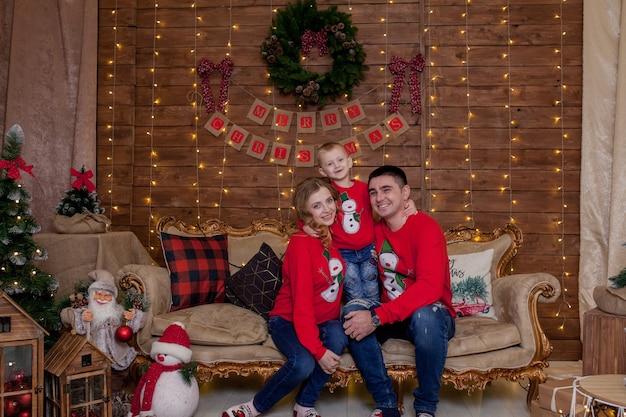 Retrato de família de natal nas luzes interiores de árvore de natal, feliz ano novo com as crianças. o conceito de férias de inverno em família.