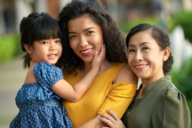 Retrato de família de três gerações de mulheres