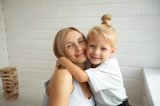 Retrato de família de uma linda mãe com sua filha