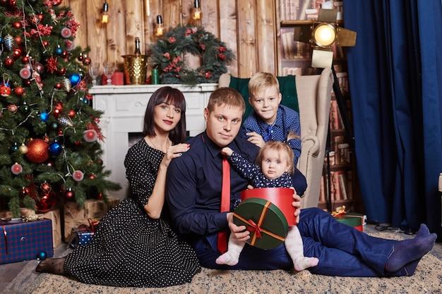 Retrato de família de uma mãe com filhos na véspera de natal. ano novo em casa com familia