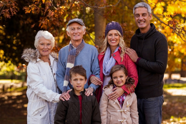 Retrato de família de várias gerações em pé no parque