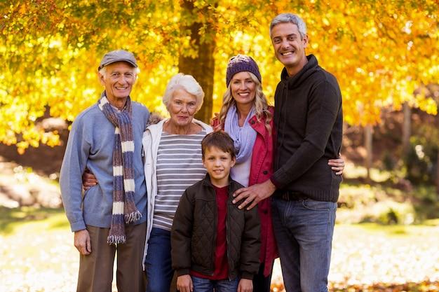 Retrato de família de várias gerações no parque