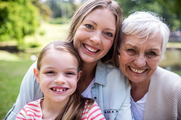 Retrato de família de várias gerações sorrindo