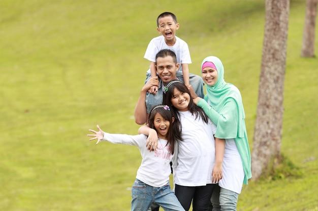 Retrato de família feliz ao ar livre