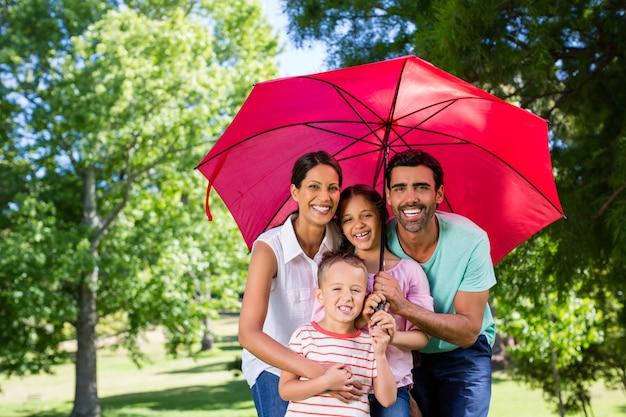 Retrato de família feliz, aproveitando o tempo juntos no parque
