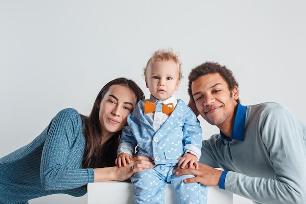 Retrato de família feliz. casamento interracial com um bebê