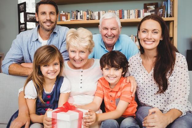 Retrato de família feliz com caixa de presente