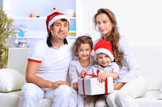 Retrato de família feliz com chapéu de natal