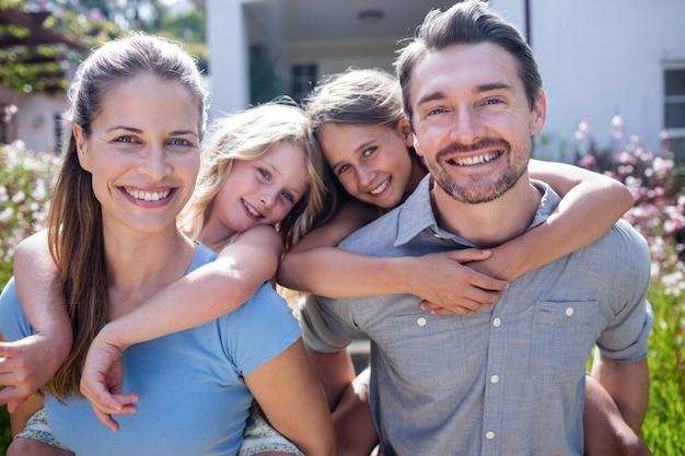 Retrato de família feliz com duas filhas