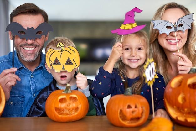 Retrato de família feliz com máscaras de halloween
