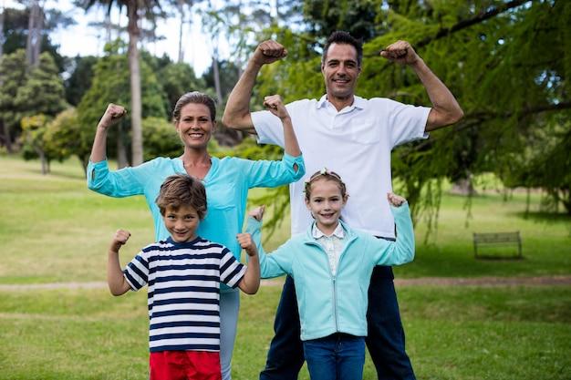 Retrato de família feliz desfrutando no parque