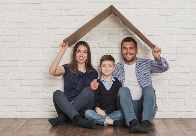 Retrato de família feliz em casa