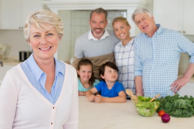 Retrato de família feliz em pé na cozinha
