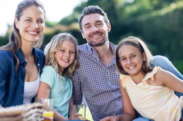 Retrato de família feliz fazendo um piquenique