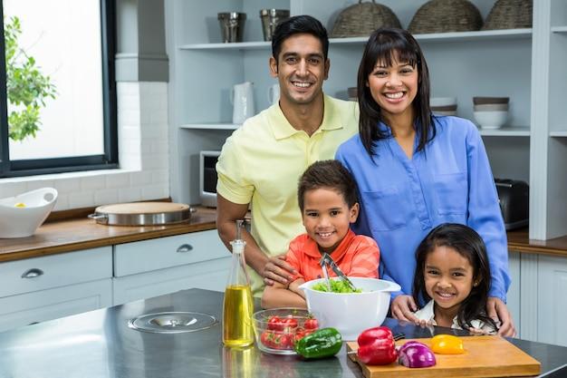Retrato de família feliz na cozinha