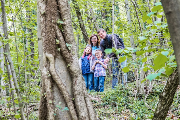 Retrato de família feliz na floresta