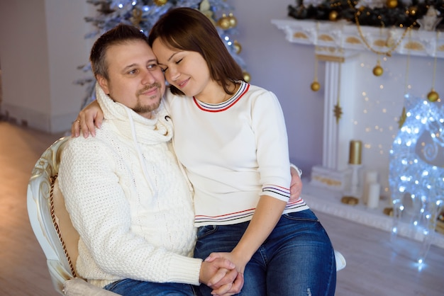 Retrato de família feliz no natal, mãe, pai e filho em casa.