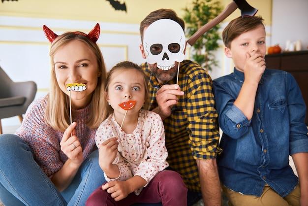 Retrato de família feliz passando o halloween juntos em casa