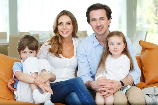 Retrato de família feliz sentado no sofá