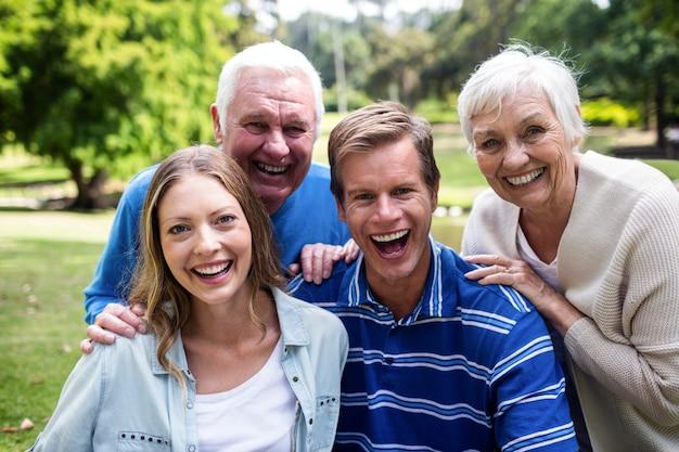 Retrato de família feliz sentados juntos no parque