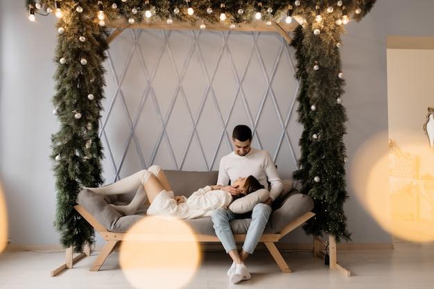 Retrato de família. homem mulher, relaxe, ligado, cinzento macio, mau, em, um, sala, com, árvore natal