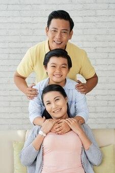 Retrato de família na acolhedora sala de estar