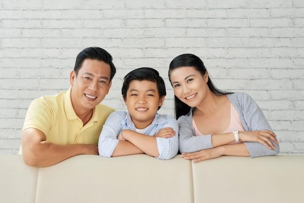Retrato de família na moderna sala de estar