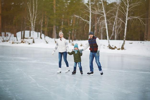Retrato de família na pista de patinação
