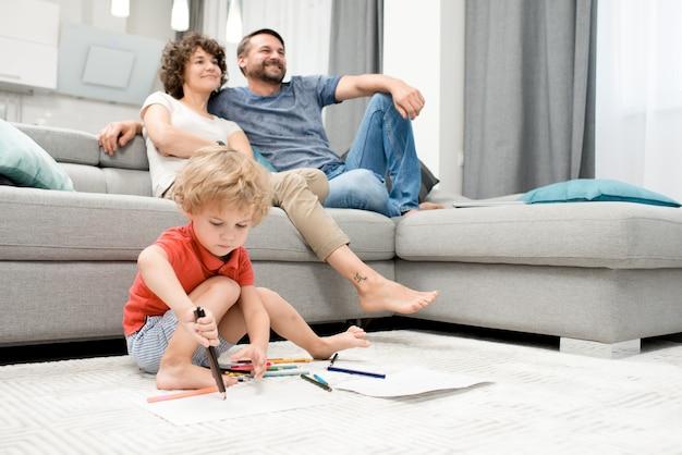Retrato de família na sala de estar