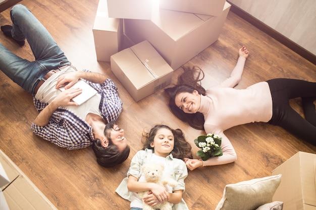 Retrato de família onde todo mundo está deitado no chão