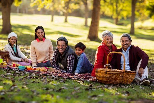 Retrato de família relaxante no parque