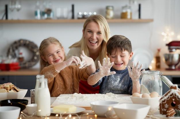 Retrato de família se divertindo na cozinha