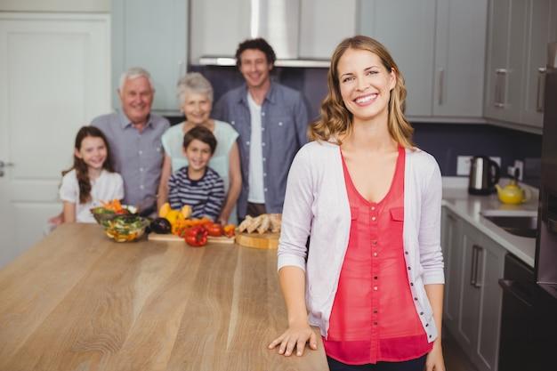 Retrato de família sorridente na cozinha