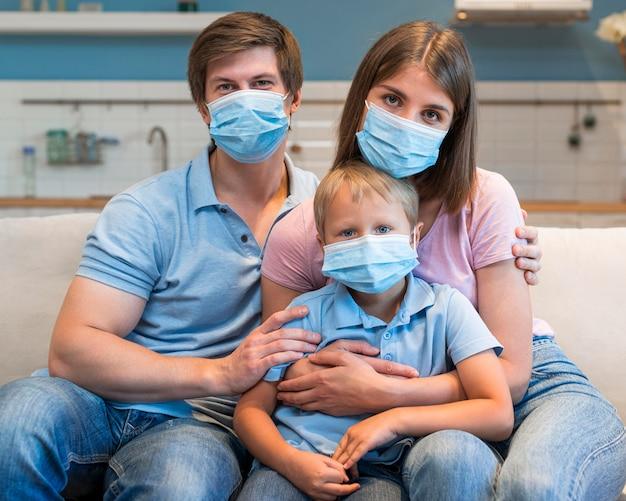 Retrato de família usando máscaras