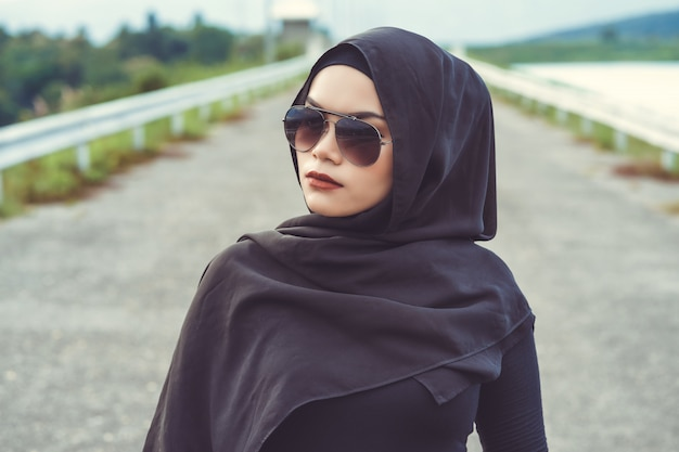 Retrato de fashi da bela jovem muçulmana com o hijab preto. estilo vintage