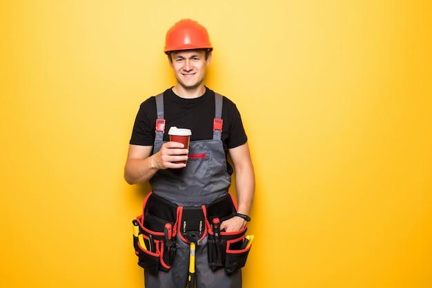 Retrato de faz-tudo feliz com cinto de ferramentas com café