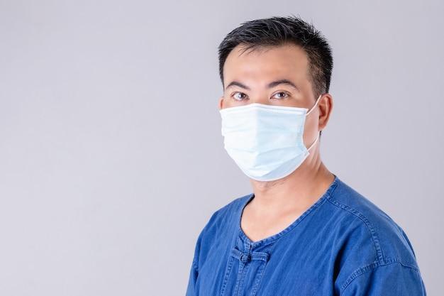 Retrato de fazendeiro tailandês usando máscara protetora para prevenir vírus