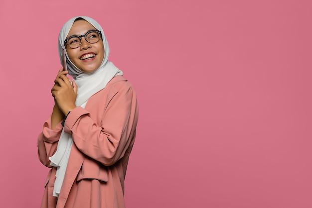 Retrato de felicidade, linda mulher asiática falando com um amigo no smartphone